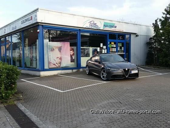 Veloce vor dem ehemaligen Alfa Arend Autohaus.